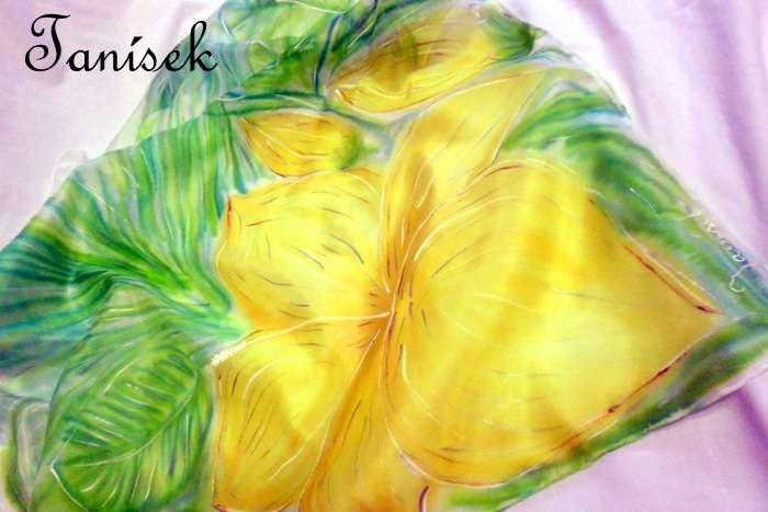 """Ručně malovaný hedvábný šátek se žlutými květy ibišku Veronika """"Tanísek"""" Kocková"""
