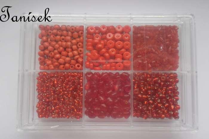 Červená tříděná směs v krabičce - skleněné korálky - rokajl, srdíčka, placičky - různé odstíny červené, průhledné, neprůhledné, lesklé, matné