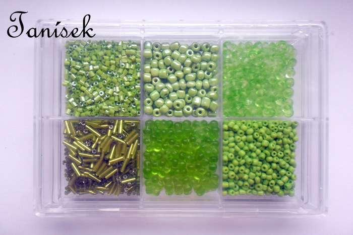 Světlezelená tříděná směs v krabičce - skleněné korálky - průhledné, neprůhledné, lesklé, amtné, trubičky, rokajl, sekaný, mašličky, placičky, disky, tón v tónu