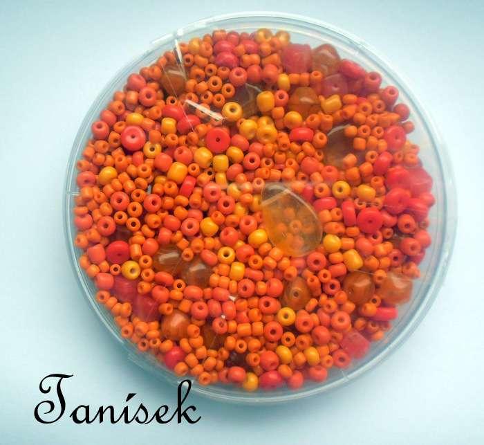 Oranžová směs v krabičce - skleněné korálky - průhledné, neprůhledné, lesklé, matné, rokajl, mačkané korálky, tón v tónu, placičky, přívěsky, kostičky