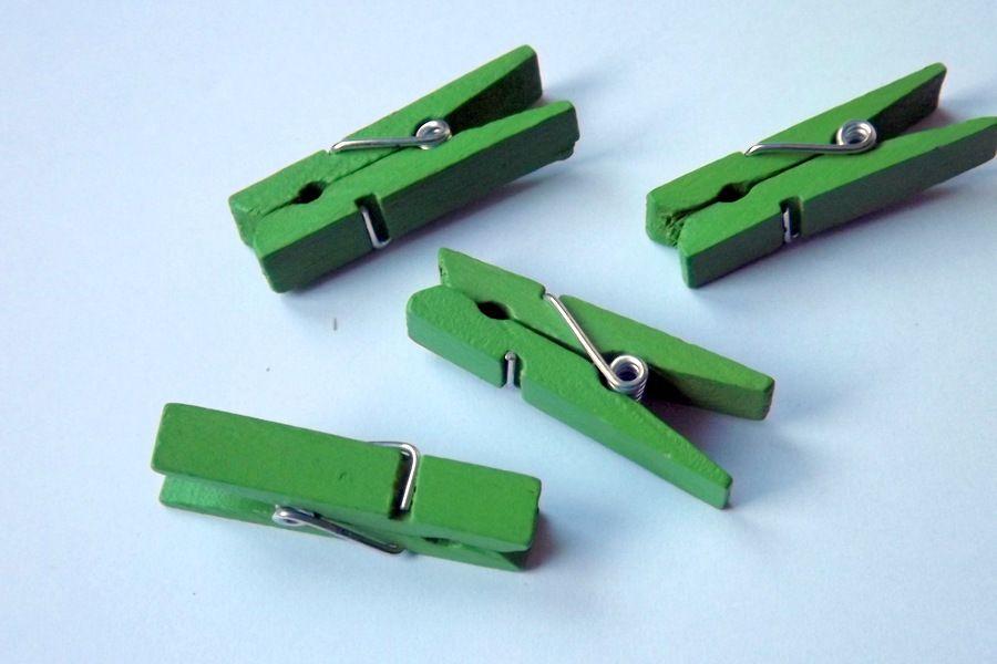 Dřevěné lakované kolíčky cca 3,5 cm dlouhé Zelené