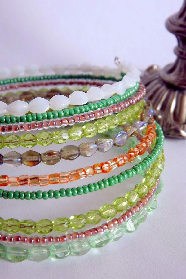 """Skleněný náramek s korálky v zelených odstínech - paměťový drát, ohňovky, třpytivý, lesklý,tón v tónu, zelená, oranžová, světlá, tmavá Veronika """"Tanísek"""" Kocková"""