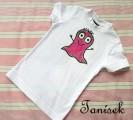Svítící fialový bubáček na bílém tričku 86