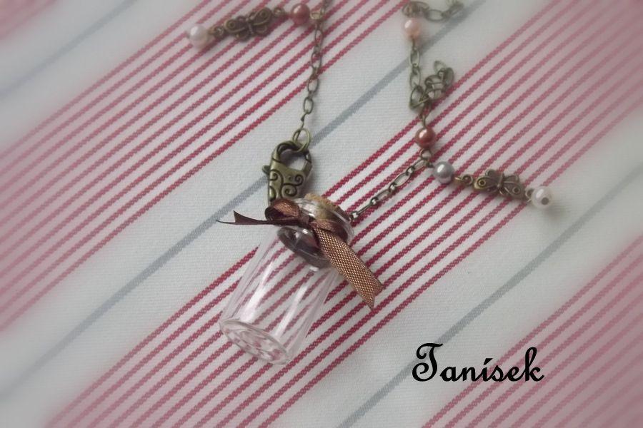 """Romantický náhrdelník pro holčičku - děvčátko - princeznu - hnědá mašlička, korálky, motýlci, perličky. Šperk na tajemství, na zoubek, na památku na dovolenou, na přání, tajemství. Korková zátka, originální šperk - pouze jediná, ojedinělý dárek Veronika """"Tanísek"""" Kocková"""