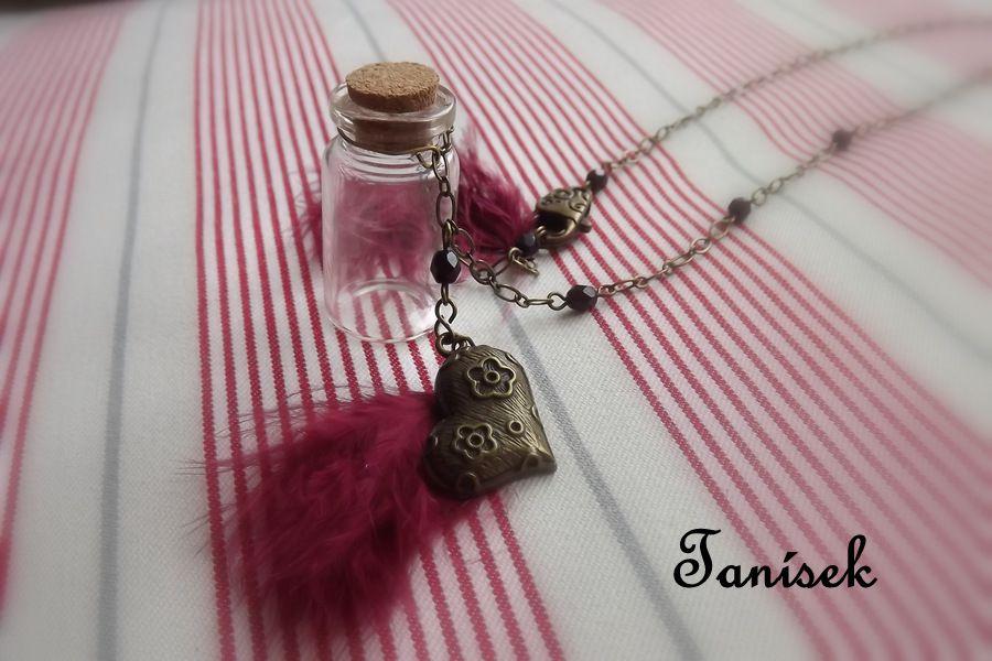 """Originální dárek pro dívku - tajemná lahvička s korkovou zátkou, zdobená peříčky, srdíčkem. Na zoubek, na tajemství, na památeční kamínek či písek od moře Veronika """"Tanísek"""" Kocková"""