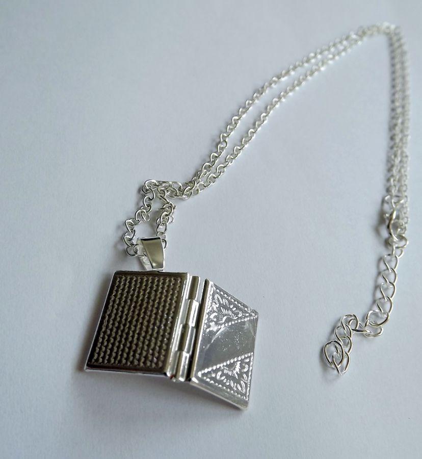 Medailonek s řetízkem Knížka - stříbrný kov, otevírací, na přání, na fotku, na obrázek, na kouzlo, elegantní
