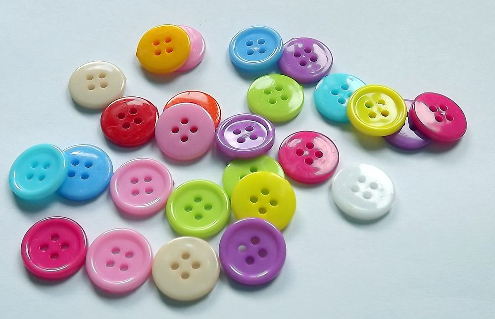 10 různě barevných knoflíků