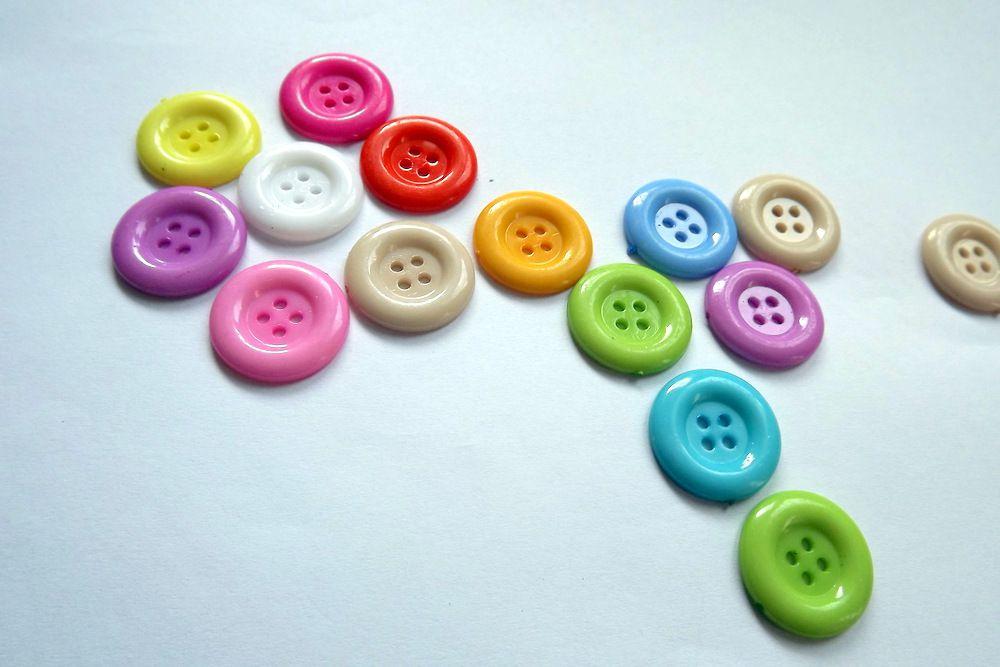 5 různě barevných knoflíků