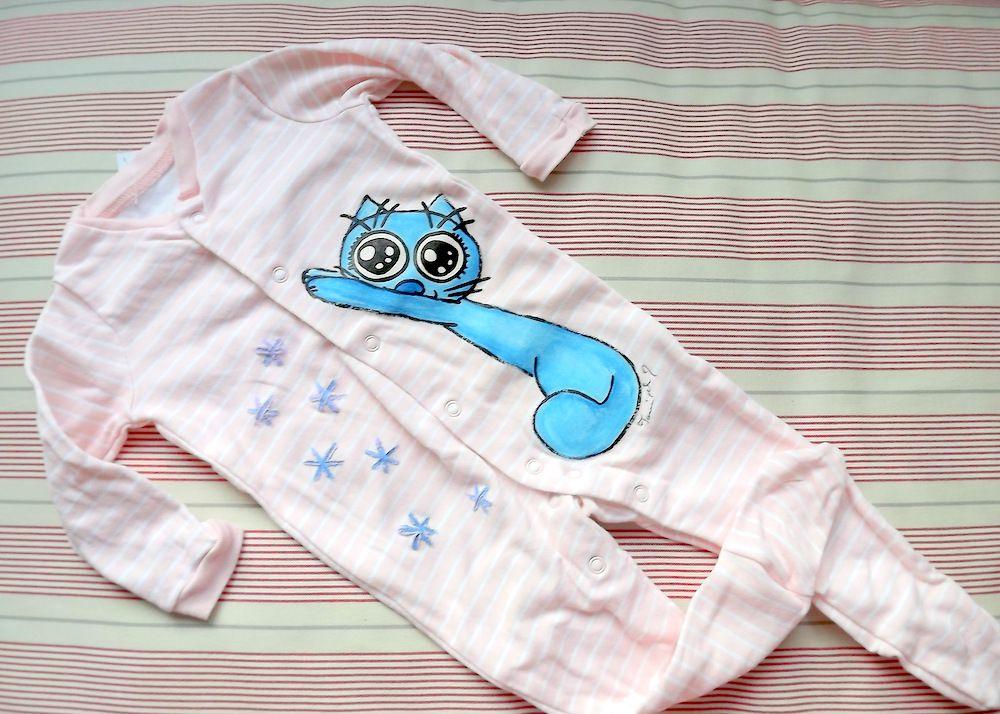 Veselý overal pro miminko, holčičku, růžový s bílými proužky, ručně namalovaná protahující se modrá kočička, velikost 68 - 3-6 měsíce věku