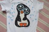 """Černobílý tučňák zasněžený v modré vánici na bílém body Veronika """"Tanísek"""" Kocková"""