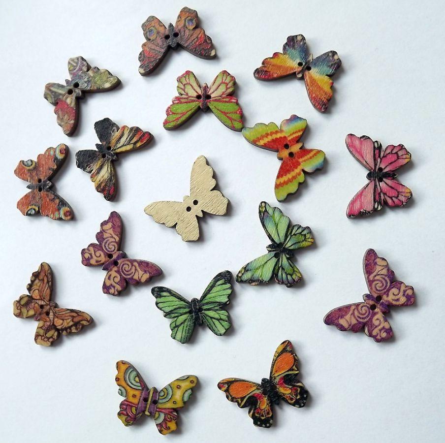 Pět různých dřevěných tvarovaných knoflíků ve tvaru motýla