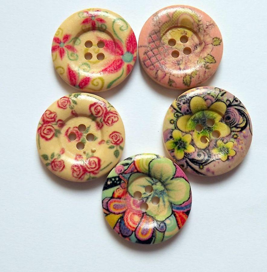 Pět různých dřevěných kulatých knoflíků s květinami