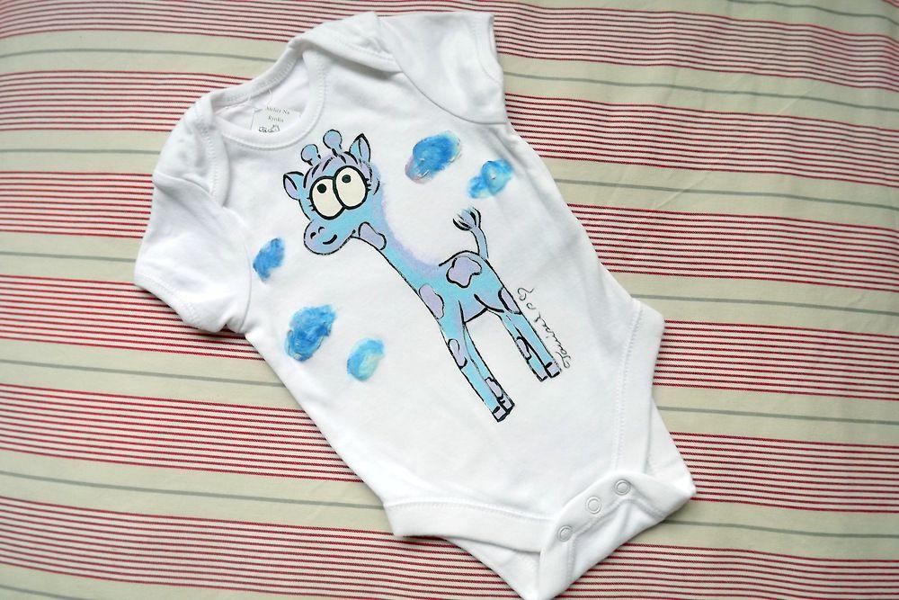 """Ručně malované bílé body s krátkým rukávem - fialovo modrá žirafa žirafka velikost 62 Veronika """"Tanísek"""" Kocková"""