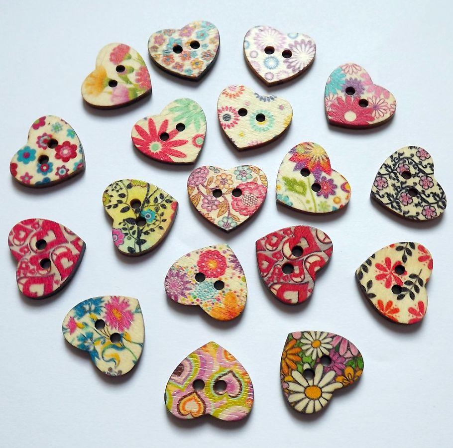 Pět různých dřevěných tvarovaných knoflíků ve tvaru srdce