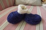 Ručně pletené bačkůrky pro malé miminko modré s bervenými odlesky a bílým lemováním Itka