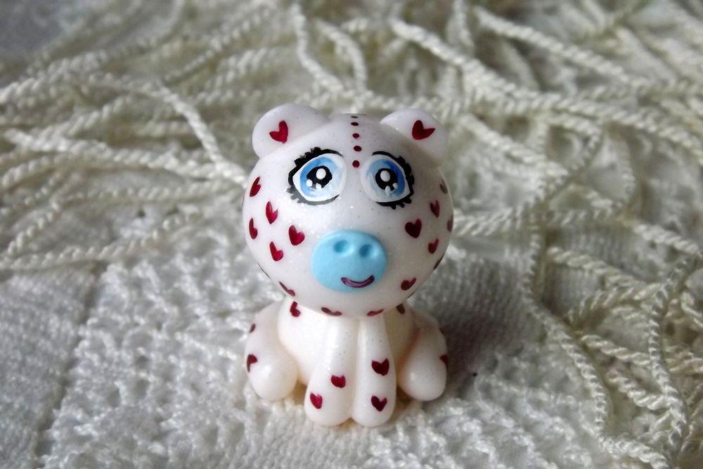 """Mutipoň bílý se třpytkami - třpytný - fimo - medvídek medvěd méďa- ručně modelovaný a malovaný pro radost, pro štěstí Do dlaně Veronika """"Tanísek"""" Kocková"""
