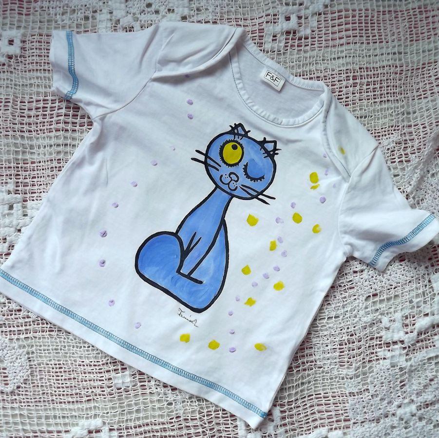 """Ručně malované bílé 100% bavlněné tričko s krátkým rukávem, ozdobné prošívání modrou nití - veselá modrá kočka namalovaná- velikost 86, 3D zdobení puntíky Veronika """"Tanísek"""" Kocková"""