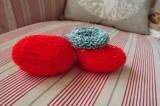 Výrazně červené bačkůrky se zelenobílým chlupatým lemem - ručně pletené Itka