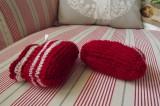 Ručně pletené tmavočervené pruhované capáčky botičky pro miminko s mašličkami Itka