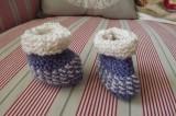 Modré botičky s bílou pro nedonošené miminko - ručně pletené hebké, měkké, teplé. Itka