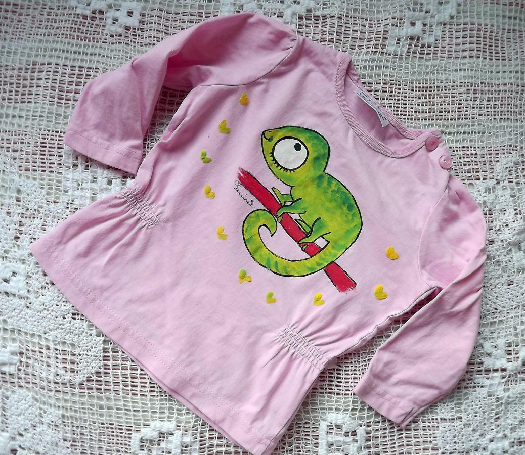 """Ručně malovaný zelený veselý chameleon - růžové nabírané dívčí triko s dlouhými rukávy, zapínání na rameni velikost 86, 3D - plastická srdíčka - cute, roztomilé Veronika """"Tanísek"""" Kocková"""