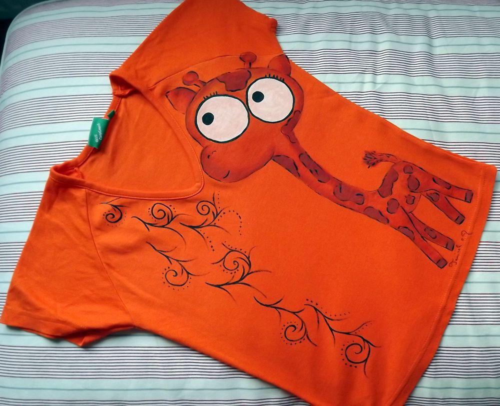 """Oranžovohnědá žirafa na oranžovém 100% bavlněném tričku s krátkým rukávem - ručně malovaný - velikost s Veronika """"Tanísek"""" Kocková"""