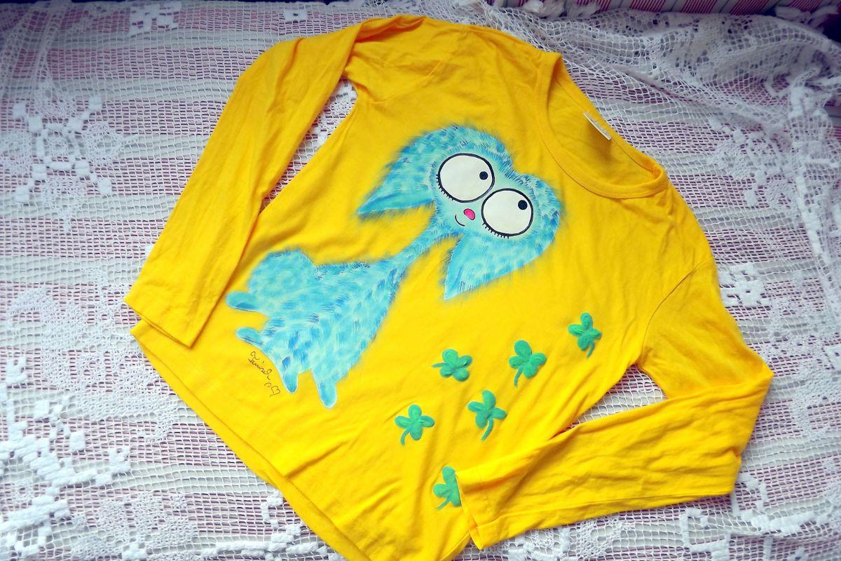 """Modrý chlupatý králík - Teddy beran - Žluté tričko ručně malované s dlouhým rukávem 100% bavlněna - velikost 140 střih unisex, čtyřlístky plastické, cute Veronika """"Tanísek"""" Kocková"""
