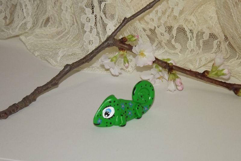 """Zelený chameleon se velikýma modrýma očima a modrými kytičkami . Figurka - zvířátko ručně modelované a malované v Plzni - v ČR. Roztomilý dárek pro každou příležitost. Dárek - amulet - do dlaně Veronika """"Tanísek"""" Kocková"""
