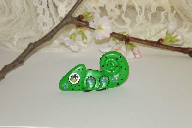 """Zelený chameleon s velikýma zelenýma očima . Figurka - zvířátko ručně modelované a malované v Plzni - v ČR. Roztomilý dárek pro každou příležitost. Dárek - amulet - do dlaně Veronika """"Tanísek"""" Kocková"""