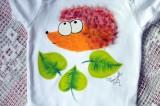 """Ježek ježeček - s lístky - 100% bavlněné bílé ručně malované body s krátkým rukávem, velikost 74, 6-9 měsíců věku,veselý, cute, roztomilý, dárek, pro chlapečka, holčičku Veronika """"Tanísek"""" Kocková"""