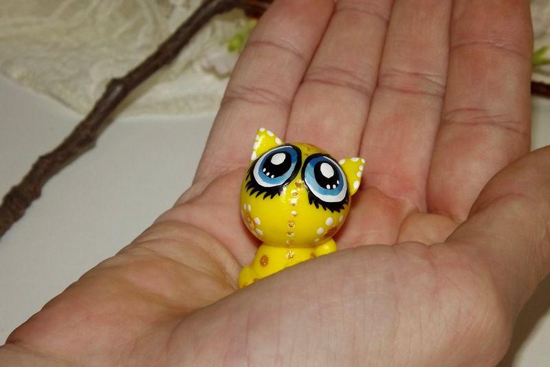 """Ručně modelovaná a malovaná figurka - zvířátko kočka s velikýma modrýma očima. Roztomilý dárek pro každou příležitost. Dárek do dlaně Veronika """"Tanísek"""" Kocková"""