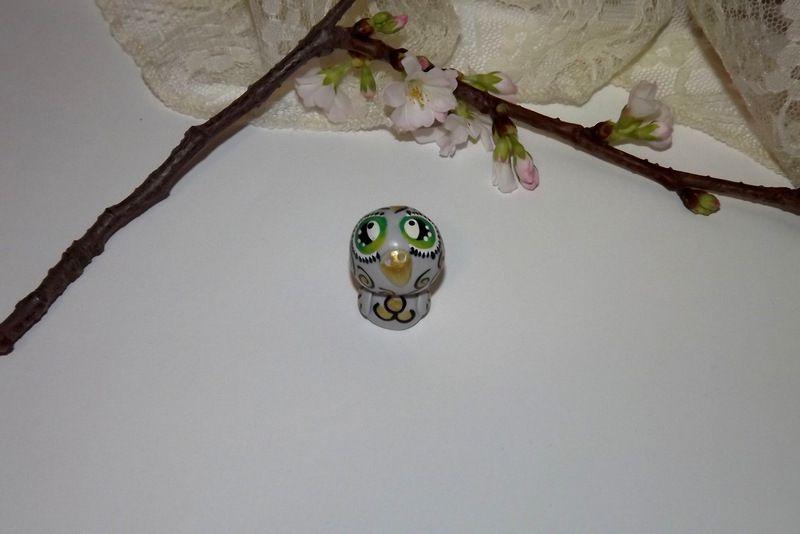 """Ručně modelovaná a malovaná figurka - zvířátko šedá sova sovička s velikýma zelenýma očima a černými spirálkami. Roztomilý dárek pro každou příležitost. Dárek - amulet - do dlaně Veronika """"Tanísek"""" Kocková"""