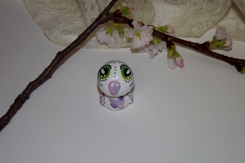"""Ručně modelovaná a malovaná figurka - zvířátko bílá jemná sova s velikýma zelenýma očima a duhovými peříčky. Roztomilý dárek pro každou příležitost. Dárek - amulet - do dlaně Veronika """"Tanísek"""" Kocková"""
