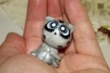 """Ručně modelovaná a malovaná figurka - zvířátko šedivá kočka s velikýma modrýma očima a černozlatými puntíky. Roztomilý dárek pro každou příležitost. Dárek do dlaně Veronika """"Tanísek"""" Kocková"""