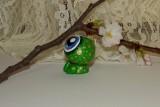 """Ručně modelovaná a malovaná figurka - zvířátko zelená žába s velikýma modrýma očima a zlatými puntíky. Roztomilý dárek pro každou příležitost. Dárek - amulet - do dlaně Veronika """"Tanísek"""" Kocková"""