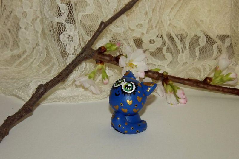"""Ručně modelovaná a malovaná figurka - zvířátko modrá kočka s velikýma zelenýma očima a zlatými srdíčky. Roztomilý dárek pro každou příležitost. Dárek do dlaně Veronika """"Tanísek"""" Kocková"""