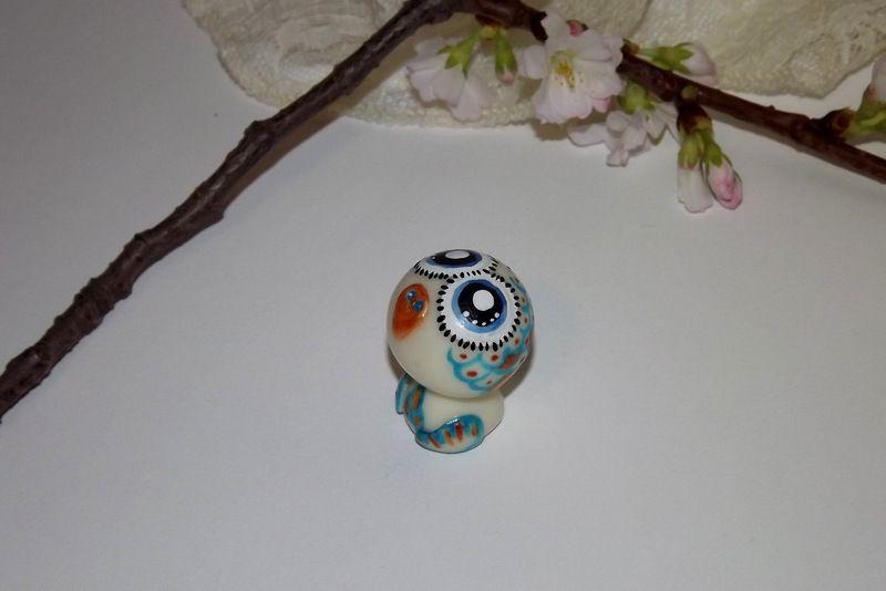 """Ručně modelovaná a malovaná figurka - zvířátko ve tmě svítící sova s velikýma modrýma očima a barevnými peříčky. Roztomilý dárek pro každou příležitost. Dárek - amulet - do dlaně Veronika """"Tanísek"""" Kocková"""