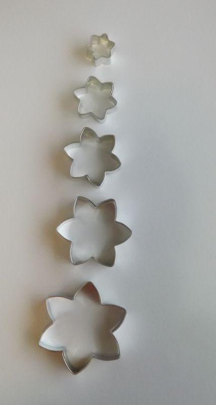 Jiřina mini - Kovové vykrajovátko - vykrajovačka vhodné pro práci s polymery (fimo, cernit, sculpey, Premo, Kato Polycay), těstem, voskem, mýdlem,miniaturní, na těsto, květ, kvítek