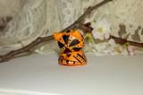 """Oranžová pruhovaná kočka kočička s velikýma zelenýma očima.Figurka - zvířátko ručně modelované a malované v České Republice v Plzni. Roztomilý dárek pro každou příležitost. Dárek - amulet - do dlaně Veronika """"Tanísek"""" Kocková"""