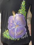 """Fialový ibišek L DR - Elegantní černé dámské triko s ručně malovaným fialovým květem ibišku. Dlouhý rukáv Veronika """"Tanísek"""" Kocková"""