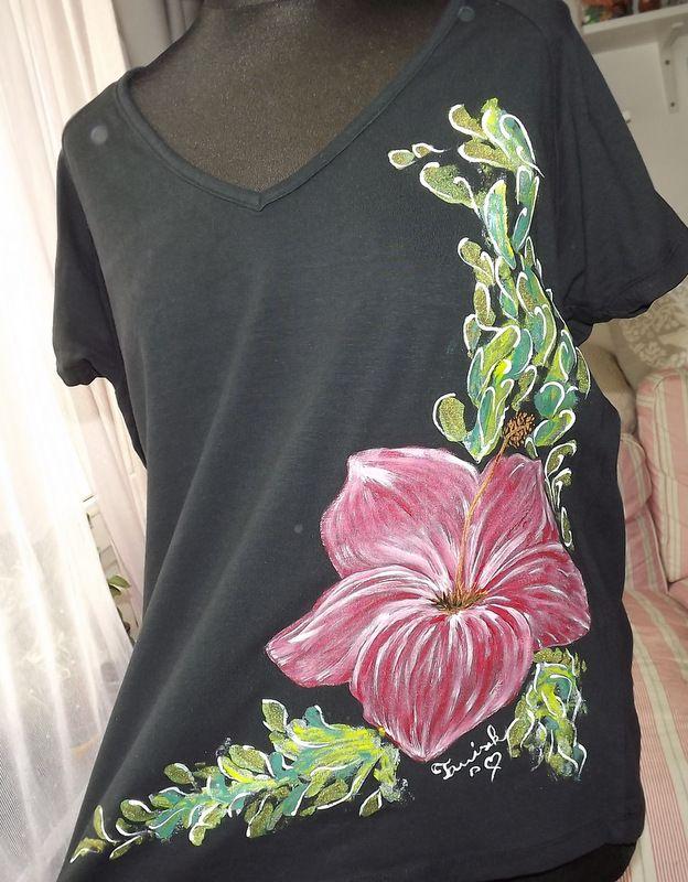 """Červený květ ibišku XXL KR - Ručně malované černé elegantní tričko s červeným ibiškem. Krátký rukáv Veronika """"Tanísek"""" Kocková"""