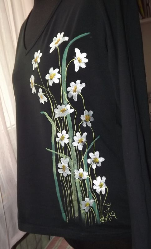 """Decentní kopretiny XL DR - Elegantní černé dámské triko s ručně malovanými kopretinami. S dlouhými rukávy Veronika """"Tanísek"""" Kocková"""