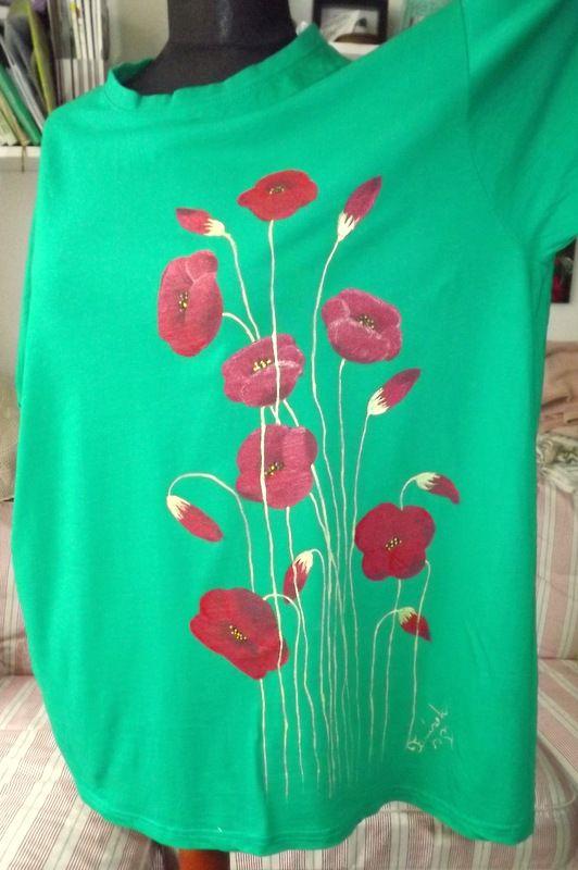 """Zelená louky s vlčími máky KR XXL - 100% bavlněné zelené tričko unisex střihu, ručně namalované vlčí máky s poupaty. Krátký rukáv Veronika """"Tanísek"""" Kocková"""