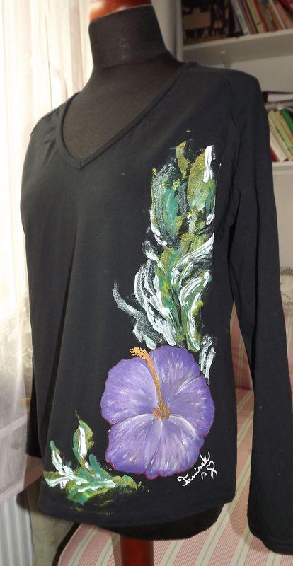 """Fialový ibišek XL DR - Elegantní černé dámské triko s ručně malovaným fialovým květem ibišku. S dlouhým rukávem Veronika """"Tanísek"""" Kocková"""