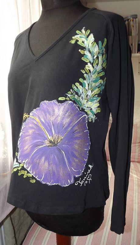 """Fialový ibišek XXL DR - Ručně malované elegantní dámské tričko s ručně malovaným fialovým květem ibišku. Dlouhý rukáv Veronika """"Tanísek"""" Kocková"""