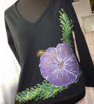 """Fialový květ ibišku XL DR - Elegantní černé dámské triko s ručně malovaným fialovým ibiškem. S dlouhým rukávem Veronika """"Tanísek"""" Kocková"""