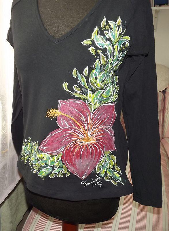 """Červený ibišek L DR - Černé ručně malované elegantní dámské tričko s červeným ibiškem. Dlouhý rukáv Veronika """"Tanísek"""" Kocková"""