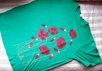 """Vlčí máky na zelené louce KR XL - 100% bavlněné zelené tričko unisex střihu, ručně namalované vlčí máky a poupata. Krátký rukáv Veronika """"Tanísek"""" Kocková"""