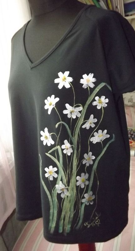 """Kopretinkové tričko XXL KR - Elegantní, decentní černé dámské triko s ručně malovanými kopretinami. S krátkým rukávem Veronika """"Tanísek"""" Kocková"""