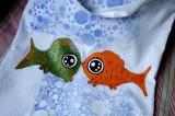 """Látková 100% bavlněná nákupní taška s dlouhýma ušima - bílá - zdobená kombinovanými technikami - ručně malovaná,práce se šablonou a razítky. Veselá, praktická, zero a low vaste. Malovaná v Plzni - Ryby pro veselého rybáře či sluneční znamení ryb Veronika """"Tanísek"""" Kocková"""